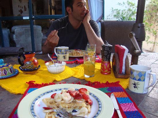 Casa Tuscany Inn: Casa Tuscany- Oh boy Waffles!!