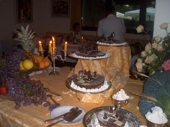 Hotel Della Baia: buffet con torta scacchiera