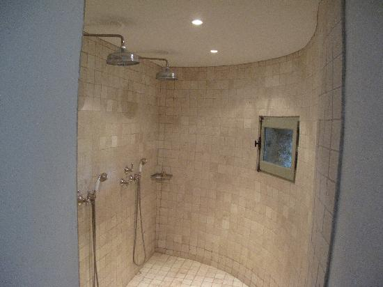 Hotel Crillon le Brave: shower for rom 32 - two showers, window in the turet