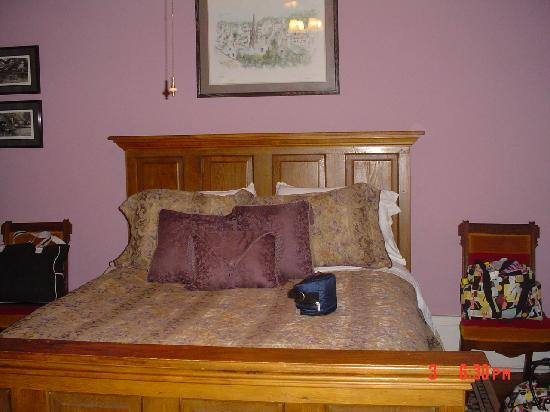 HH Whitney House on the Historic Esplanade: My comfy bed!
