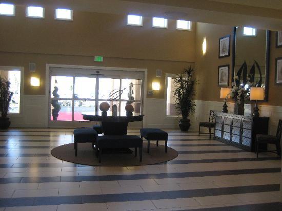 Best Western Plus Marina Gateway Hotel : Hotel lobby.
