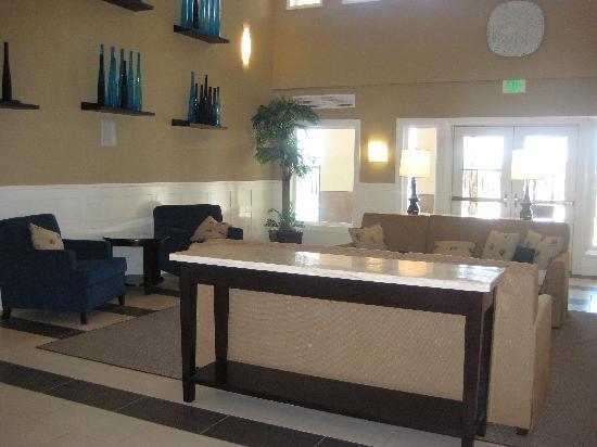 Best Western Plus Marina Gateway Hotel : Lobby sitting area.
