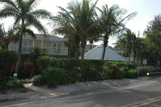 Tropic Isle Beach Resort: Hotel view from beach across street