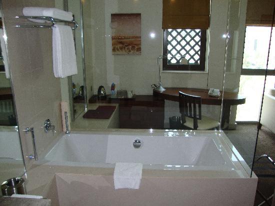 Manzil Downtown Dubai: the tub