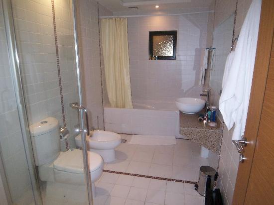 Ewa Hotel Apartments: Bathroom (Deluxe Room)