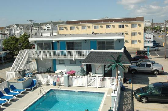 Sandy Shores Resort : view of the pool and office from our 3rd floor room