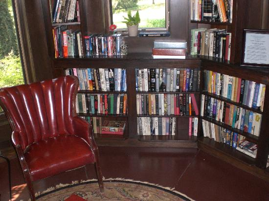 Cedar Rock Inn: Library