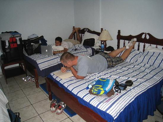 Casa Blanca Guest House: Hard at work journaling, nice size rooms and big beds.