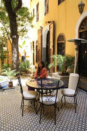 Riad Le Calife: Enjoying the peaceful courtyard