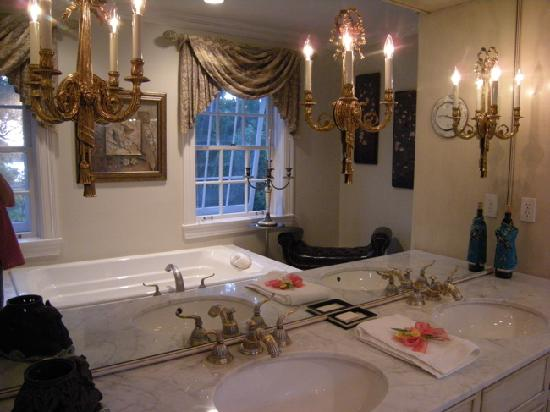 Joanne's Bed & Breakfast LLC: Joanne's Pearl Room bathroom
