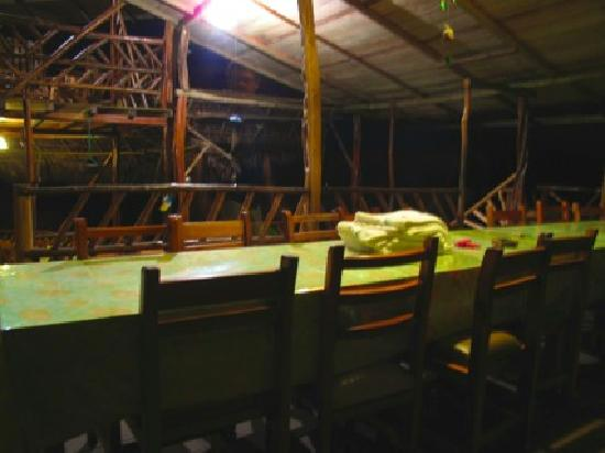 Amarongachi Jungle Eco-Lodge : communal table for meals.