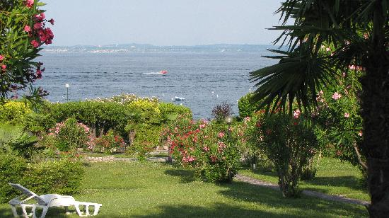 Residence Apparthotel San Sivino : View to the lake from the backyard of our apartment