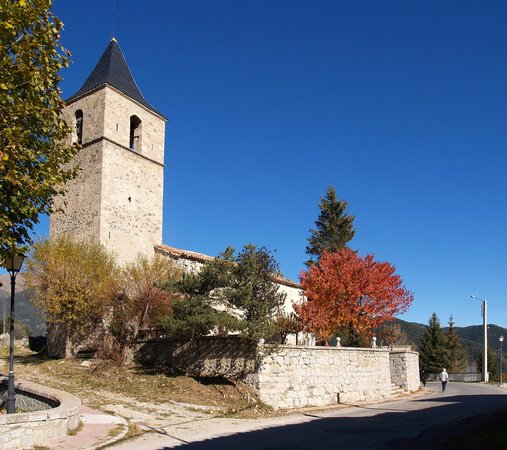 Catalonia, Spania: The church at Lles de Cerdanya