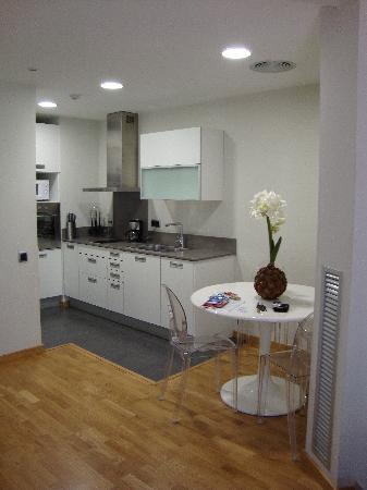 Splendom Suites: Kitchen