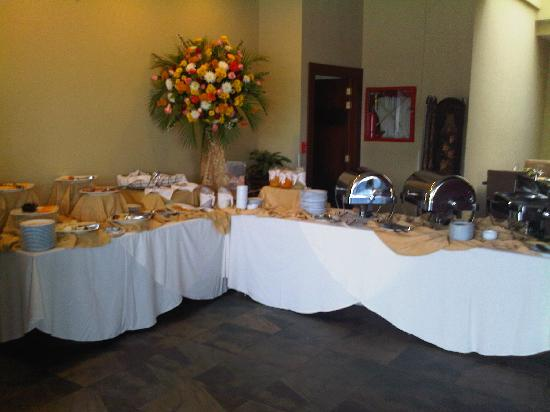 Howard Johnson Hotel Loja: The breakfast Buffet in a Large restaurant.  The food is exquisite