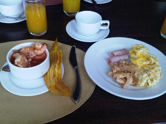Howard Johnson Hotel Loja: The breakfast buffet included on the fare. Shrimp Cocktail..Wow