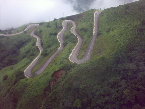 Obudu, Nigéria: Called Intestine Road. Road leading to the resort