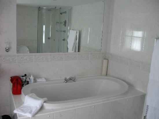 Blue Hayes Hotel: Bathroom in garden suite