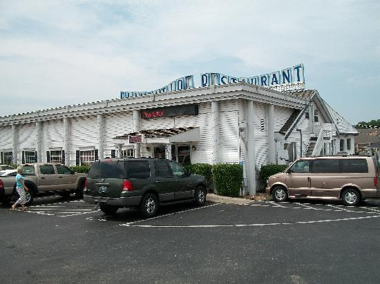 Plantation Restaurant: The front of the building.