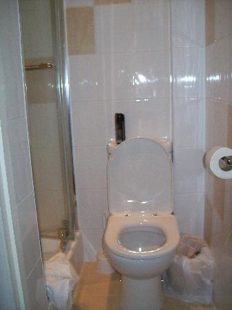 Hotel Earls Court: bagno minuscolo senza lavandino, ma pulito