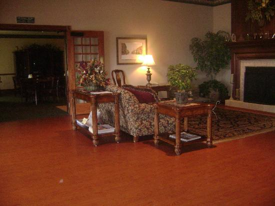 Country Inn & Suites by Radisson, Lewisburg, PA: Living Room/Front Desk Area