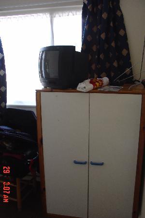 Channins Hounslow Hotel: Dresser & TV
