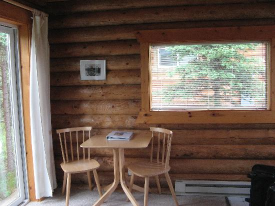 Park's Edge Log Cabins: table and chairs