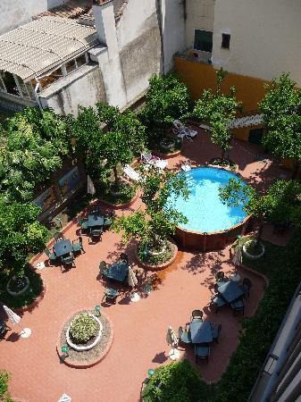 Astoria Hotel: Garden with a splash pool