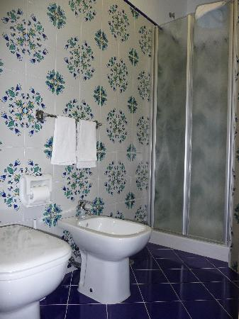 Astoria Hotel : Spotless bathroom with majolica tiles