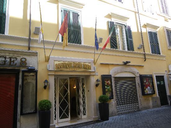 Facade de l 39 hotel picture of boutique hotel trevi rome for Hotel roma boutique rome