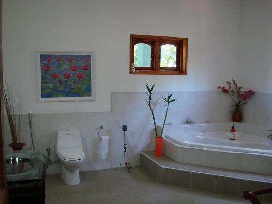 Shangri-Lanka Villa: Bathroom with everything you need