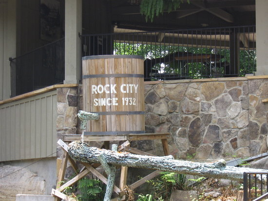 Lookout Mountain, จอร์เจีย: Barrell with Rock City.