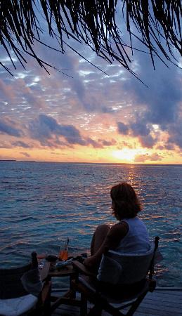 Mirihi Island Resort: Sunset at the over water restaurant