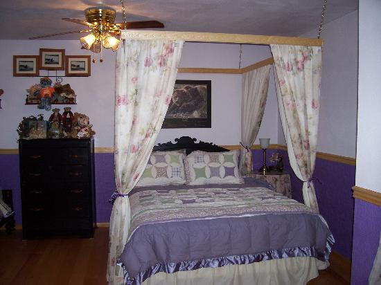 Fishermans Widow Bed & Breakfast : One of three beds in the spacious room