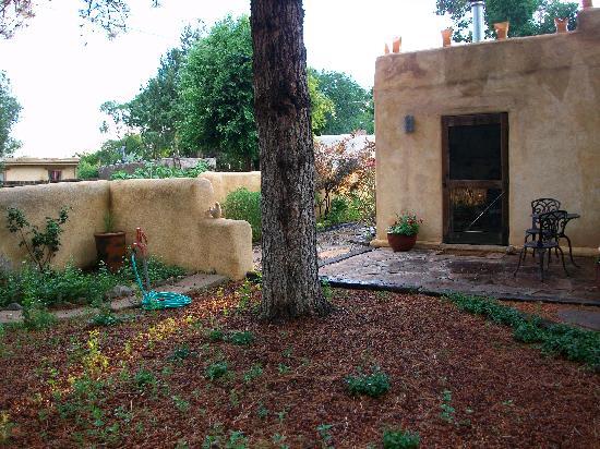 La Posada de Taos B&B : El Solecito private courtyard