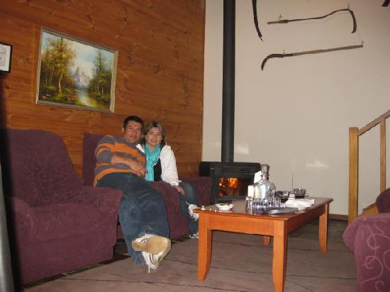 Splinters Guest House: Log fireplace was very special & romantic