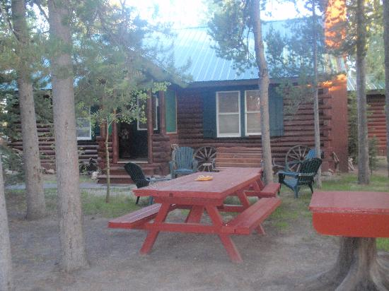 Rustic Wagon RV Campground & Cabins: Picnic area by the cabin #7