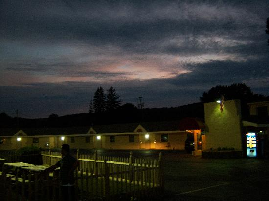 Rodeway Inn & Suites: Sunset over the office