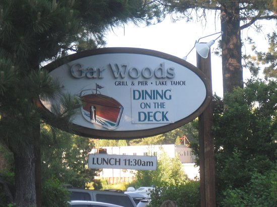 Gar Woods Grill & Pier Restaurant: Lots of parking in the private lot at Gar Woods