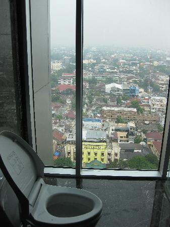 Grand Swiss-Belhotel Medan: poo poo with view..yayyy