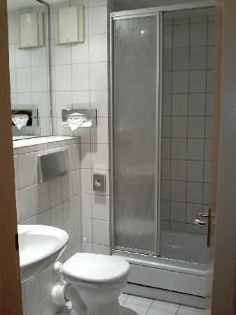 Best Western Hotel Ruesselsheim Frankfurt-Airport: bathroom with shower