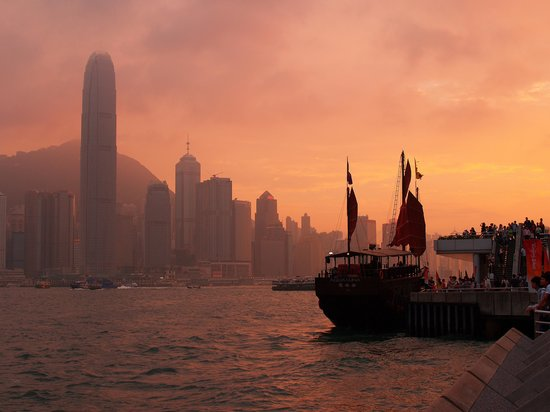 Hongkong, Chiny: Tsim Sha Tsui waterfront at sunset