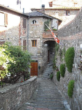Villa Paradiso Village: Backstreet of Passignano