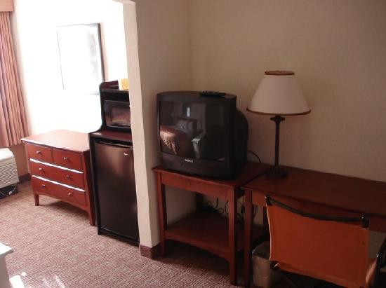 Salem, NH: TV,Fridge and desk in Queen+Sofa-bed room