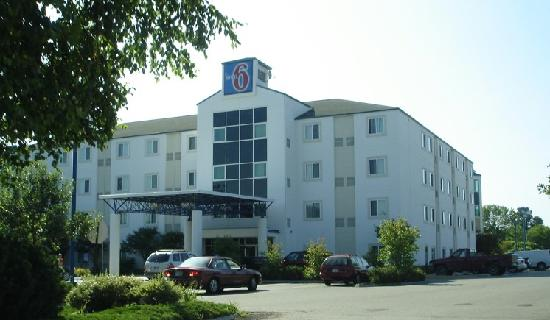 Motel 6 Portsmouth: Hotel exterior on July 15, 2009.