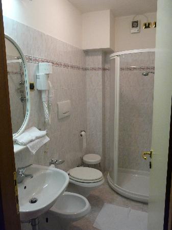Hotel La Lanterna: Salle de bain, très propre & bien aménagée.