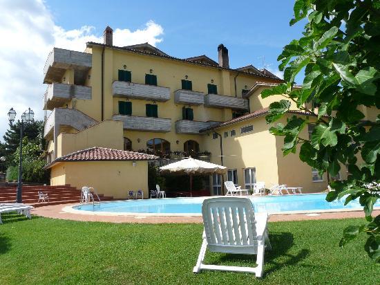 Hotel La Lanterna: Piscine très bien aménagée, très propre et calme!