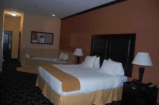 Holiday Inn Express Hotel & Suites - Glen Rose: King Bed