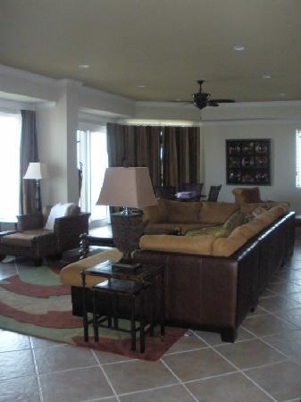 Harbor Landing: Condo livingroom