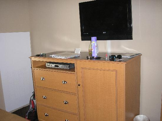 Glenwood Suites: TV in king bed sleeping area